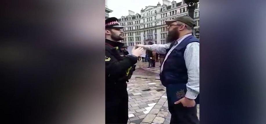 Resultado de imagen para hombre arrestado por leer la Biblia frente a la catedral de londres
