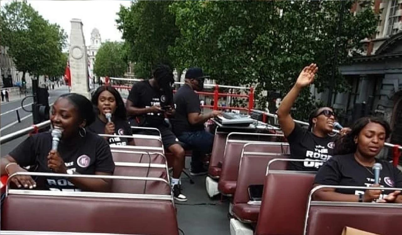 En autobús abierto, grupo cristiano alaba las calles del centro de Londres  - Joe Irizarry Noticias Cristianas